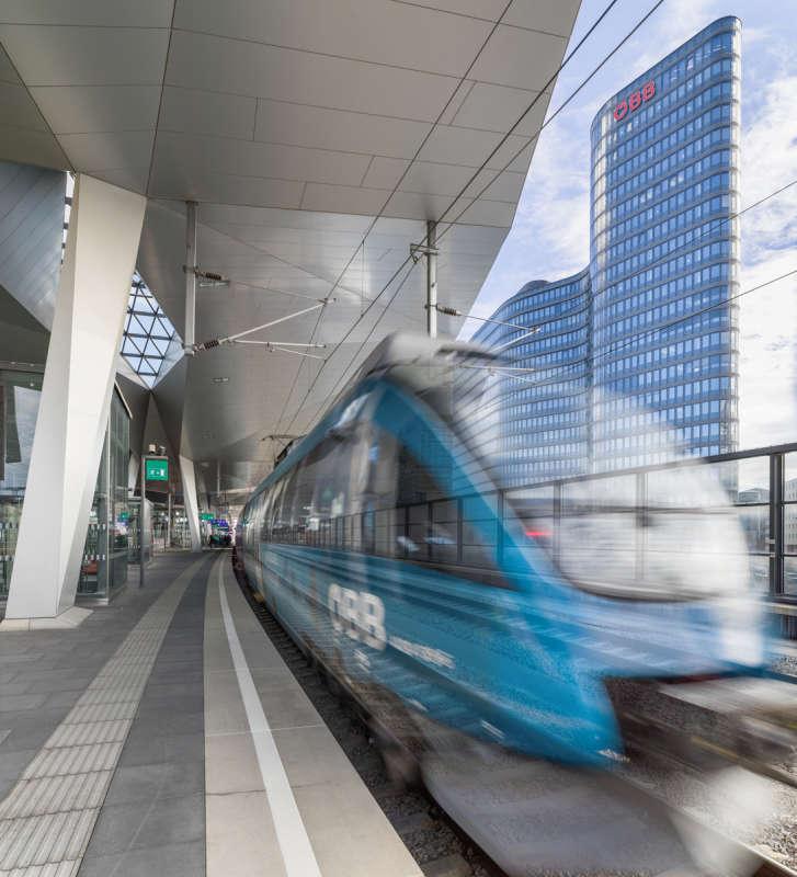 Zug fährt in Bahnhof ein